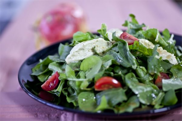 salata-me-roka-spanaki-katiki-pesto-kai-vinaigrette-balsamiko_NaLDp