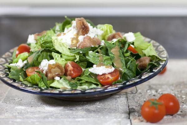 prasini-salata-me-apoksiramena-sika-anthotyro-kai-vinaigrette-balsamiko_Urj93